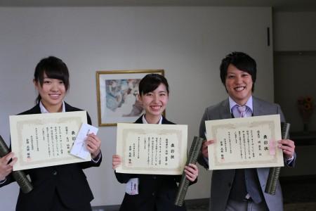 受賞後も笑顔を忘れない3人!